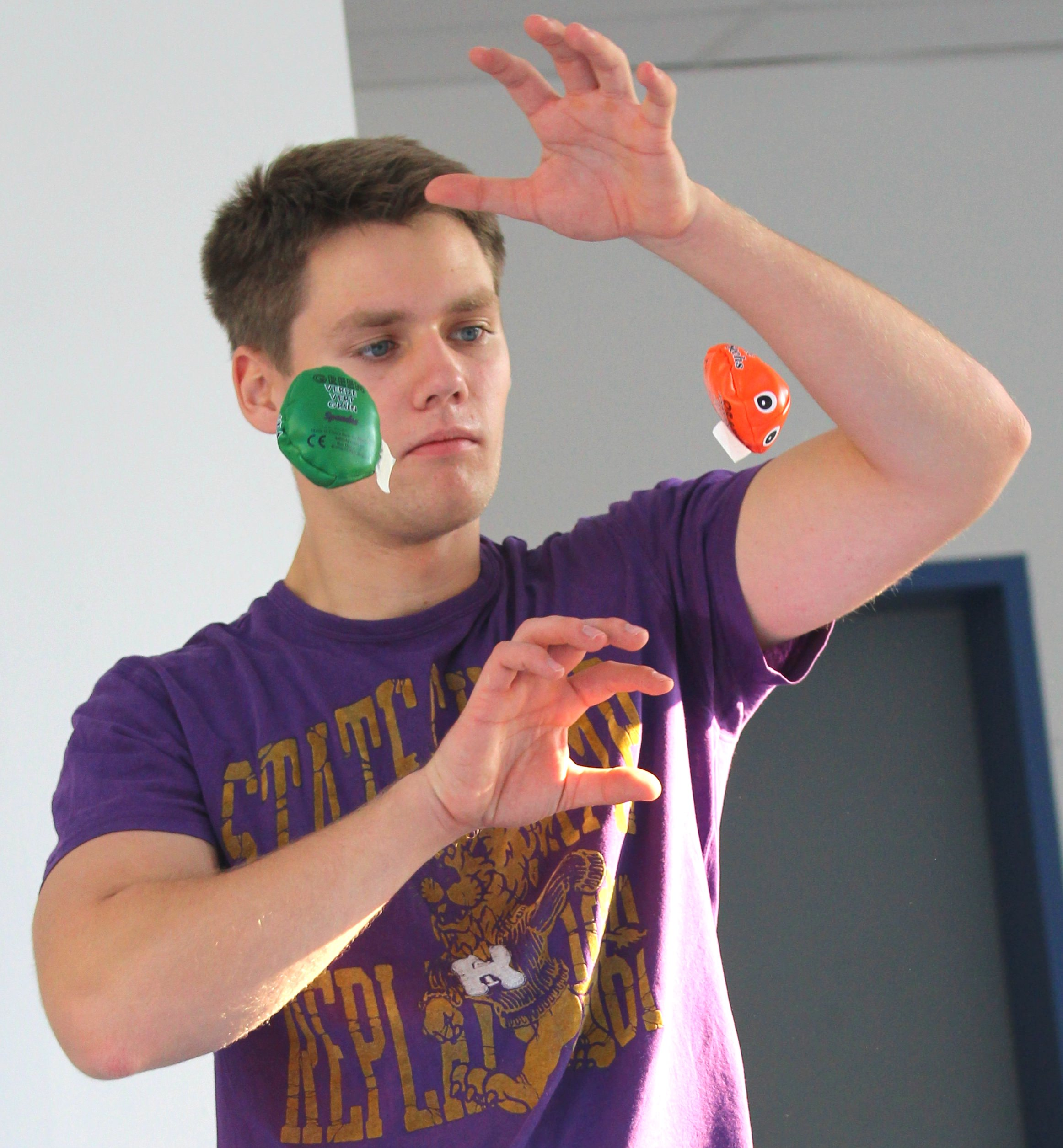 Leon jonglierend_mini