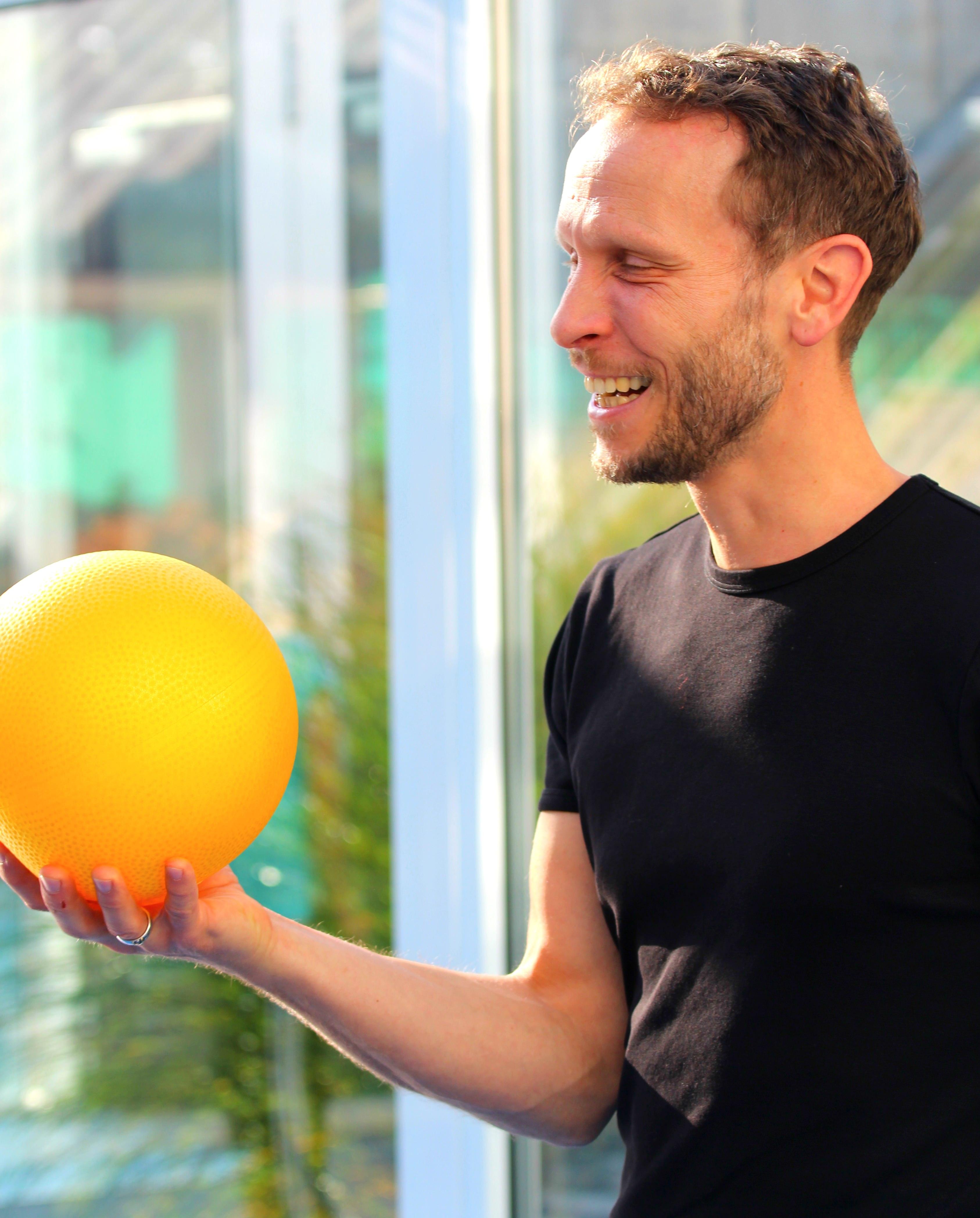 Jens lachend Ball_mini